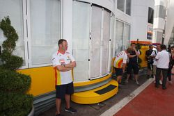Las ventanas se bloquean hacia fuera como una reunión de jefes de equipo en el motorhome de Renault