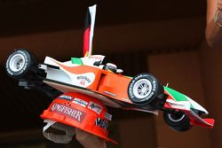 Adrian Sutil, Force India F1 Team con un modelo de su coche en un casco