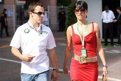 Christian Klien, piloto de pruebas, BMW Sauber F1 Team caminando con una chica