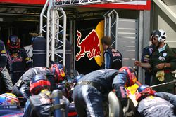 Sebastian Vettel, Red Bull Racing regresa a boxes durante la parada en boxes de Mark Webber, Red Bul