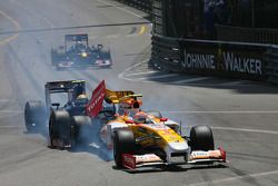 Choque de Sebastien Buemi, Scuderia Toro Rosso y Nelson A. Piquet, Renault F1 Team