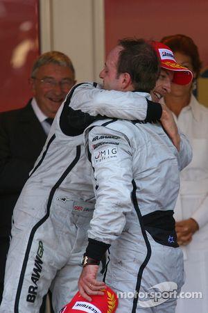 Ganador de la carrera Jenson Button, Brawn GP y el segundo lugar Rubens Barrichello, Brawn GP