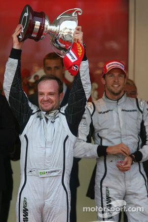 Podio: segundo lugar Rubens Barrichello, Brawn GPcon el ganador de la carrera Jenson Button, Brawn G