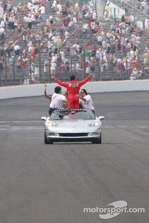 Helio Castroneves en victory lap en un Corvette