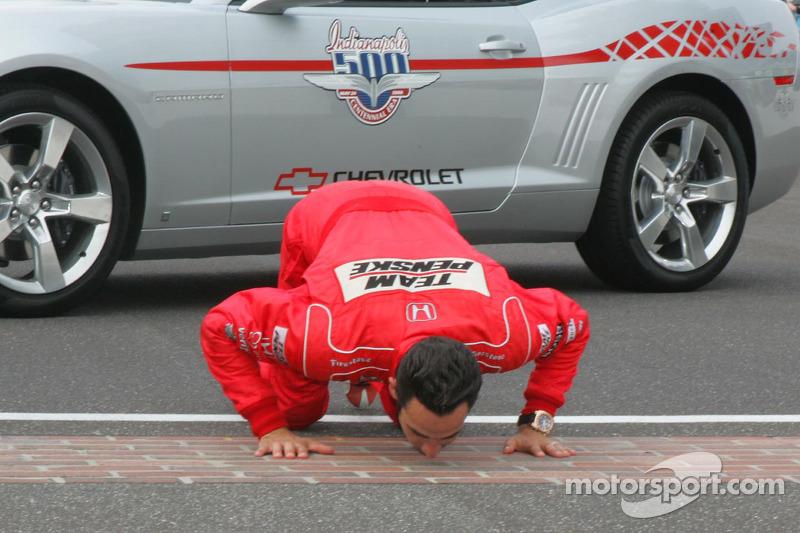 Ganador de la carrera Helio Castroneves besa la yarda de ladrillos