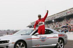 Ganador de la carrera Helio Castroneves celebra