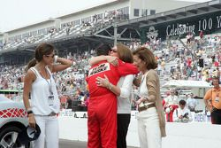 Le vainqueur Helio Castroneves obtient un calin de ses amis et de sa famille