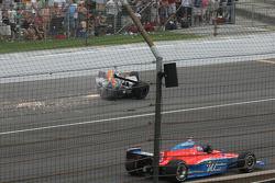 John Andretti pasa por alto el coche de Ryan Hunter-Reay en la cuarta curva
