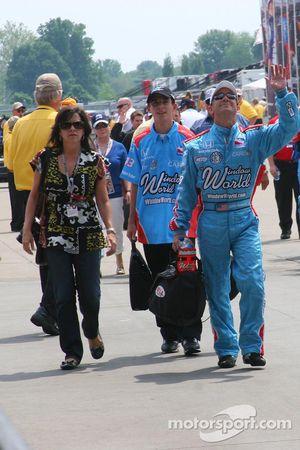 John Andretti salue la foule en descendant la Gasoline Alley