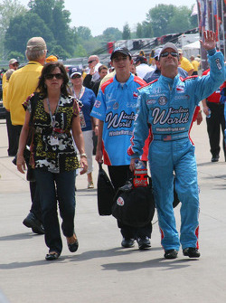 John Andretti agita a la multitud mientras camina por el callejón de la gasolina