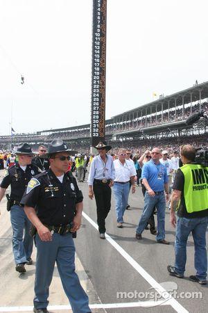 Richard Petty fait son chemin sur la pitlane avant le 93ème Indy 500