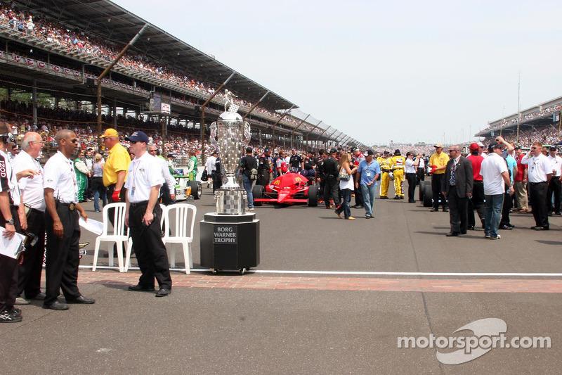 El trofeo de Borg Warner en la yarda de ladrillos en el Indianapolis Motor Speedway