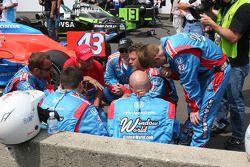 L'équipe de John Andretti a une réunion sur la grille de départ