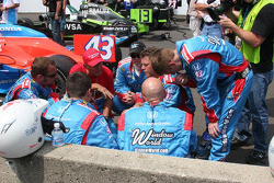 John Andretti's crew have a meeting on the starting grid