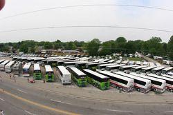 Des buses en dehors de l'arène