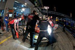 Arrêt au stand pour #3 Frikadelli Racing Team Porsche 997: Sabine Schmitz, Klaus Abbelen, Edgar Althoff, Kenneth Heyer