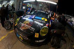 Arrêt au stand pour #24 steam-racing GmbH Porsche 997 GT3 Cup: Michael Schratz, Jochen Herbst, Nick de Bruijn, Evgeny Tsarev
