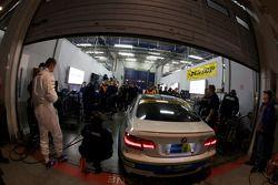 #60 Motorsport Arena Oschersleben BMW M3 GT4: Jörg Müller, Andy Priaulx, Jochen Ubler, Marcus Schurig dans le garage pour une réparation