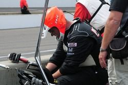 Un membre de l'équipe Penske après un arrêt