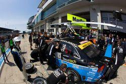 Arrêt pour la #11 KTN Audi RS4: Andy Booth, Timothy Martin, Stuart Owers, Lewis Scott