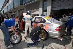 Arrêt pour la #52 Team Rowe Motorsport BMW E46 M3 WTC: Marco Schelp, Thomas Kappeler, Donald Molenaar, Michael Funke