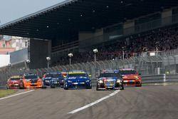 Départ du second groupe: #107 Raeder Automotive GmbH Audi A3: Elmar Deegener, Jürgen Wohlfahrt, Christoph Breuer mène la danse