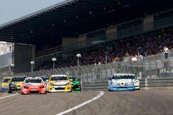 Départ du troisième groupe : #121 Kissling Motorsport Opel Astra GTC: Marco Wolf, Otto Fritzsche, Jörgen Fritzsche et #55 Mercedes-Benz 35RS: Wolfgang Kudrass, Yasushi Kikuchi, Peter Cate, Peter Venn se battent