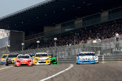Start of the third group: #121 Kissling Motorsport Opel Astra GTC: Marco Wolf, Otto Fritzsche, Jürgen Fritzsche and #55 Mercedes-Benz 35RS: Wolfgang Kudrass, Yasushi Kikuchi, Peter Cate, Peter Venn battle