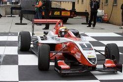 Ganador de la Carrera Jules Bianchi, ART Grand Prix Dallara F308 Mercedes llega a Parc Ferme