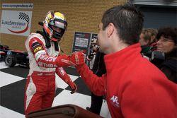 Ganador de la Carrera Jules Bianchi, ART Grand Prix Dallara F308 Mercedes celebra con su equipo