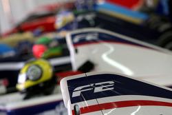 Les voitures F2 dans le garage