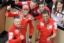 Casey Stoner festeggia con il team Ducati la vittoria al Mugello
