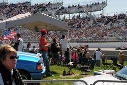 Les fans regardant la course