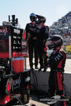 L'équipe de Mario Andretti observe