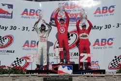 Ligne d'arrivée: le vainqueur Scott Dixon, seconde place Ryan Briscoe, troisième place Dario Franchitti
