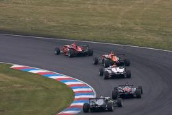 Marco Wittmann, Mücke Motorsport Dallara F308 Mercedes mène un groupe de voitures