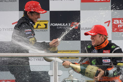 Podium: champagne pour Roberto Merhi, Manor Motorsport Dallara F308 Mercedes et Sam Bird, Mücke Motorsport Dallara F308 Mercedes