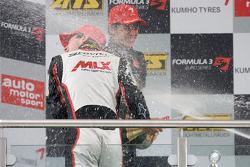 Podium: le vainqueur Christian Vietoris, Mücke Motorsport Dallara F308 Mercedes célèbre avec le champagne