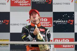Podium: troisième place pour Sam Bird, Mücke Motorsport Dallara F308 Mercedes célèbrant avec le champagne