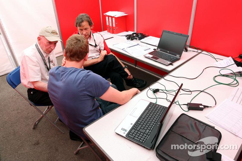 Со своим сыном Генри на брифинге в Формуле 2