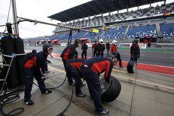 Les membres du Audi Sport Team Phoenix attendent Oliver Jarvis, Audi Sport Team Phoenix