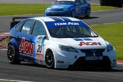 Alan Morrison devance Mat Jackson