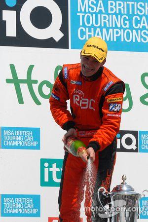 Colin Turkington sabre le champagne