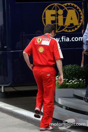 Stefano Domenicali, Scuderia Ferrari, Direktör goes into Ferrari motorhome for a meeting