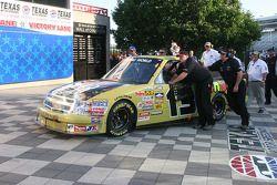 L'équipe de la #13 Johnny Sauter/Fun Sand/Curb Records/Star De Azian Chevrolet poussant le camion jusqu'à la ligne d'arrivée.