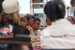 Встреча руководителей команд и пилотов в моторхоуме Toyota, Марк Уэббер, Red Bull Racing, Фернандо А