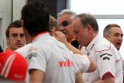 Встреча руководителей команд и пилотов в моторхоуме Toyota, Фернандо Алонсо, Renault F1 Team, Флавио