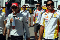 Встреча всех руководителей команд и всех пилотов в моторхоуме Toyota: Фернандо Алонсо, Renault F1 Te