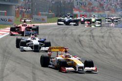 Fernando Alonso, Renault F1 Team devance Robert Kubica, BMW Sauber F1 Team
