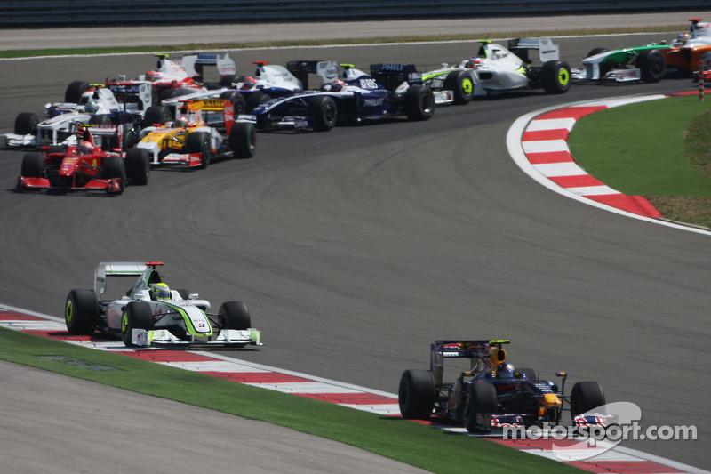 Старт гонки: Себастьян Феттель (Red Bull Renault) лідирує